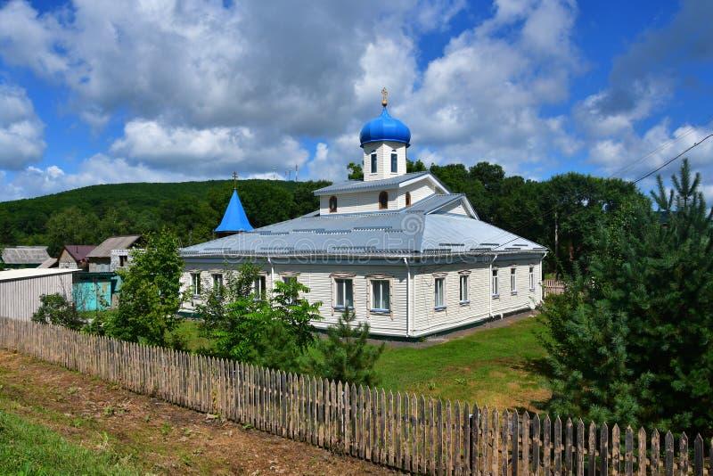 Église en bois de l'Intercession de la Mère de Dieu dans le village d'Anuchino en été. Kraï du Primorie, Russie photo libre de droits