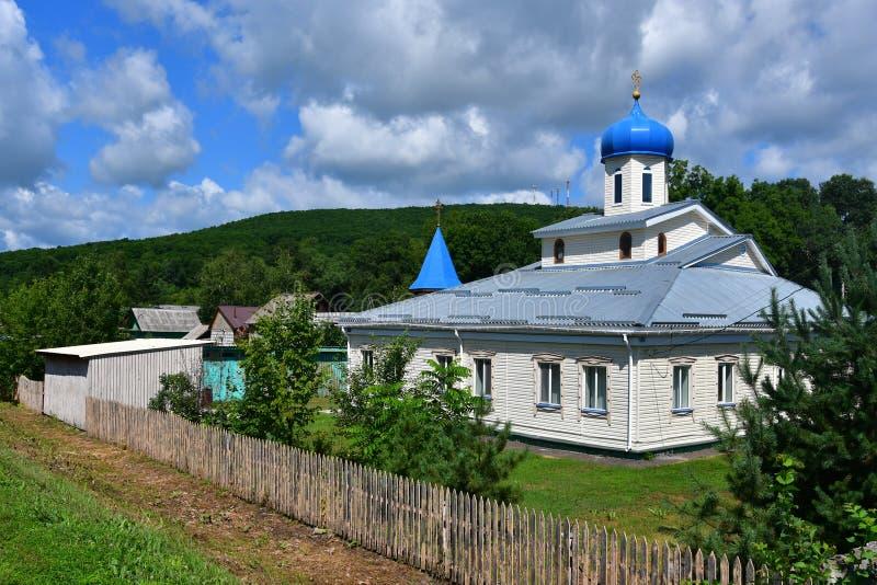 Église en bois de l'Intercession de la Mère de Dieu dans le village d'Anuchino en été. Kraï du Primorie, Russie photographie stock libre de droits