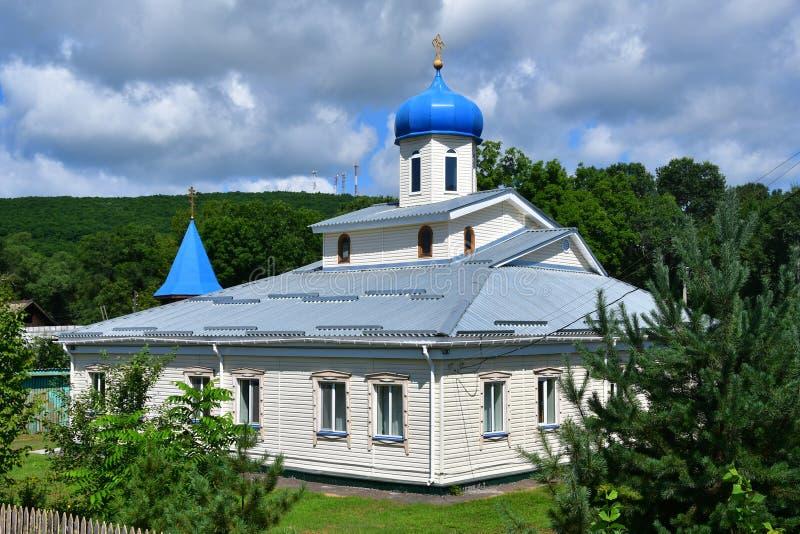 Église en bois de l'Intercession de la Mère de Dieu dans le village d'Anuchino en été. Kraï du Primorie, Russie photo stock