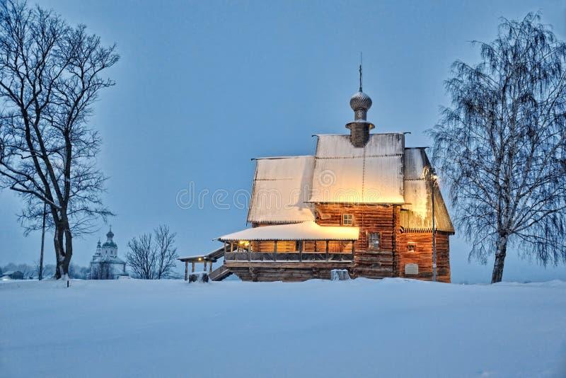 Église en bois de St Nicholas Framed par des arbres au crépuscule d'hiver photographie stock libre de droits
