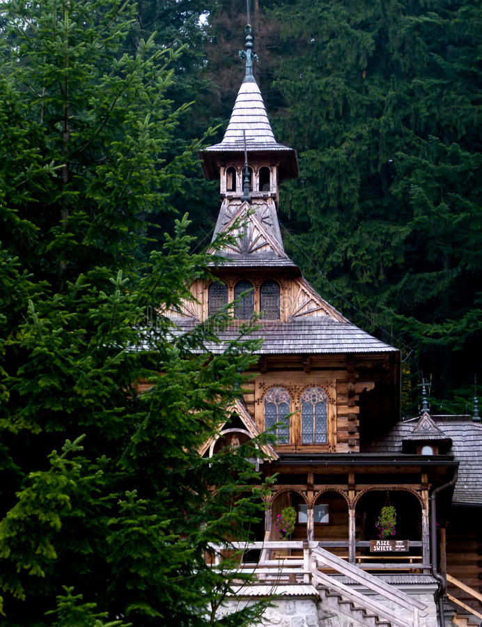Église en bois parmi les arbres vert-foncé photos stock