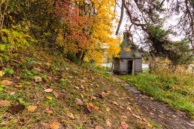 Église en bois russe en parc d'automne Manoir d'Arkhangelsk images libres de droits