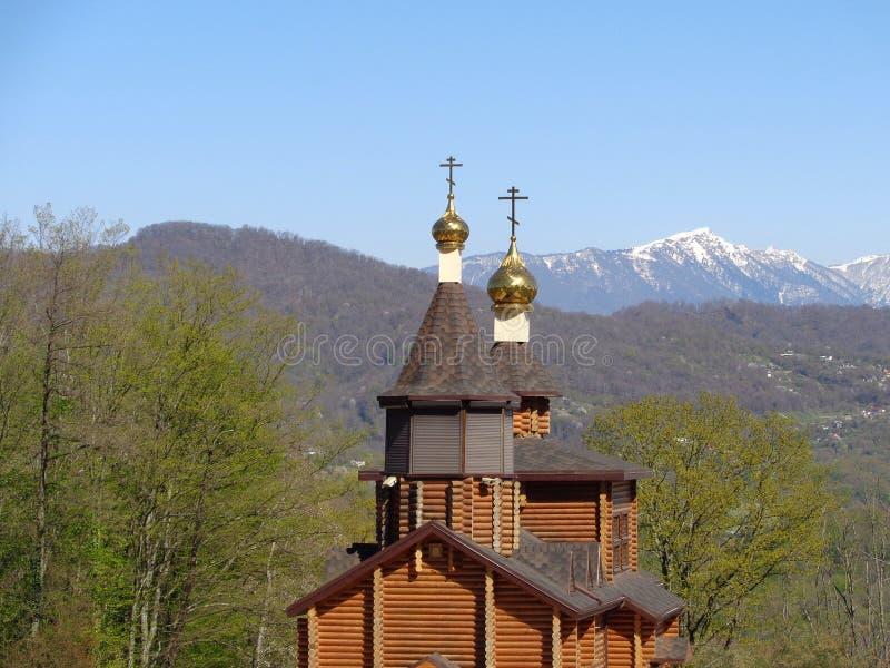 Église en bois russe parmi les arbres verts photo stock