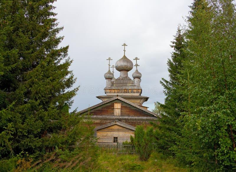 Église en bois traditionnelle dans la forêt photos libres de droits