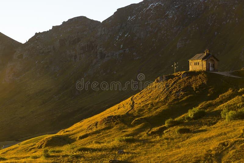 Église en dolomites, Italie photographie stock libre de droits