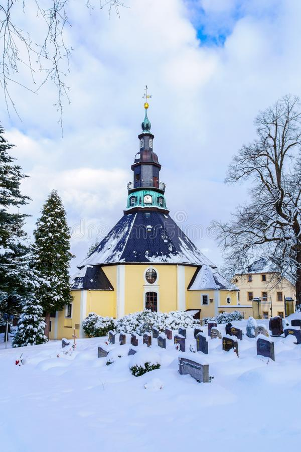 Église en montagnes de minerai de Seiffen en Saxe Allemagne en hiver photo stock
