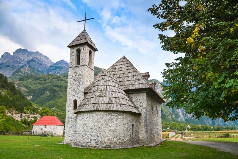 Église en pierre antique dans un village de montagne photographie stock libre de droits