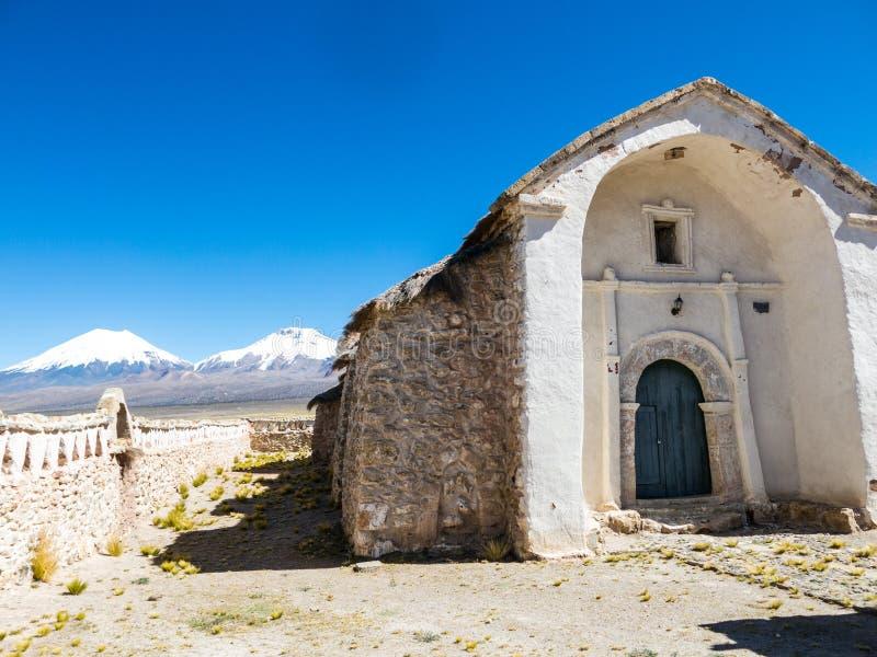 Église en pierre du village de Sajama La petite ville andine de image stock