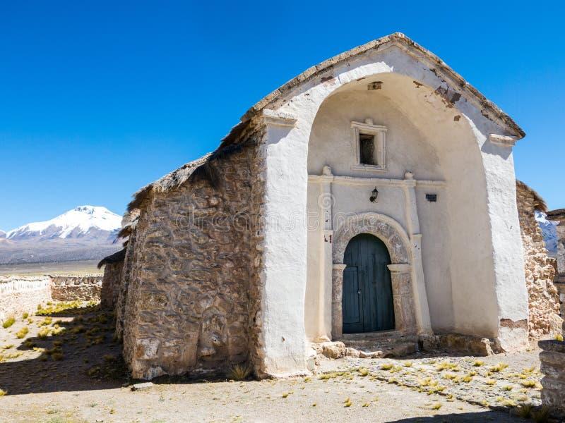 Église en pierre du village de Sajama La petite ville andine de Sajama, Bolivien Altiplano beau chiffre dimensionnel illustration images stock