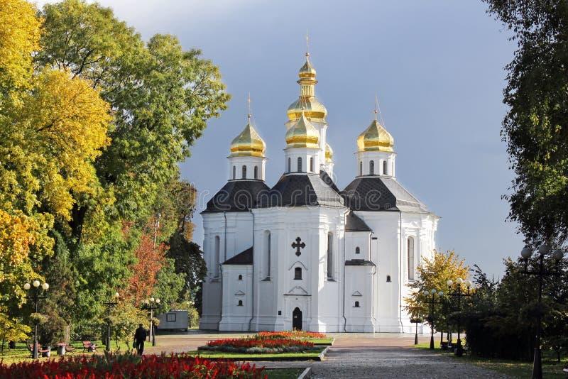 Église en stationnement Belle église sur un fond de ciel photos libres de droits