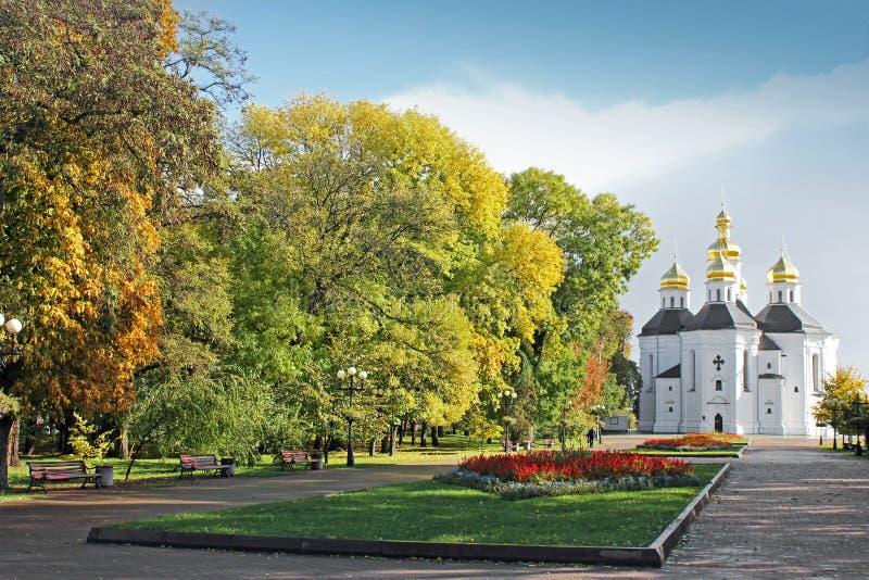 Église en stationnement Belle église sur un fond de ciel image stock