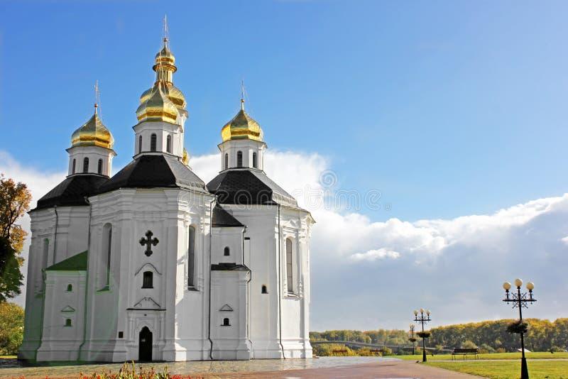 Église en stationnement Belle église sur un fond de ciel photos stock
