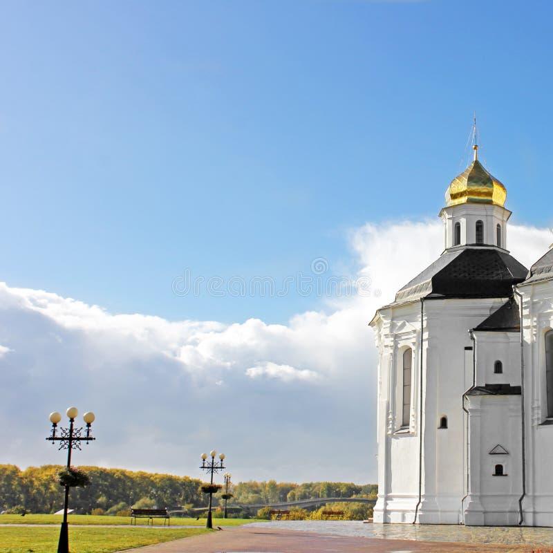 Église en stationnement Belle église sur un fond de ciel images stock