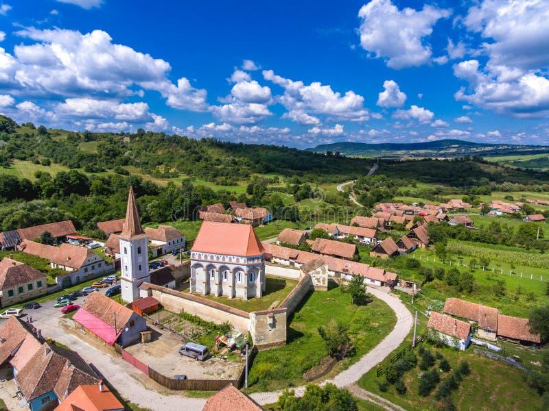 Église enrichie Cloasterf Village saxon traditionnel la Transylvanie photographie stock libre de droits