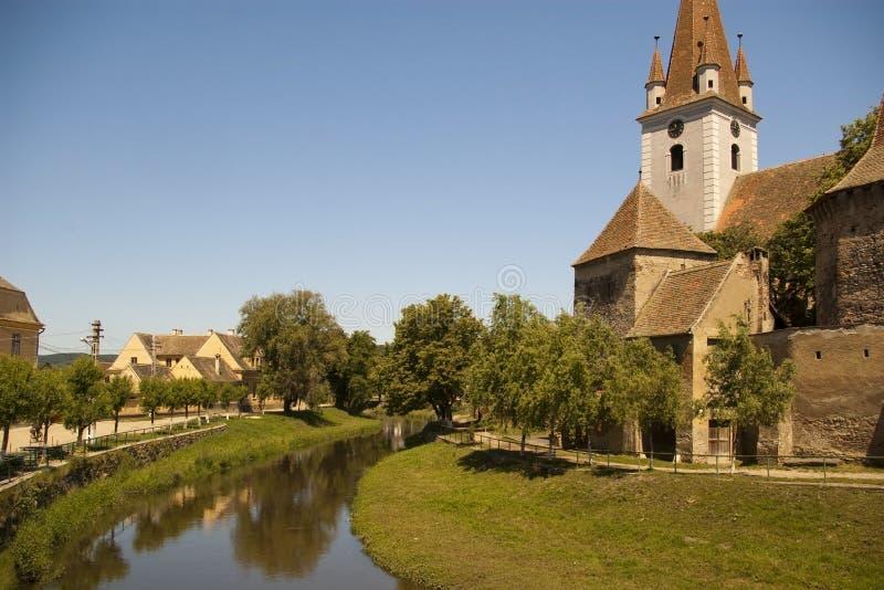 Église enrichie dans le village transylvanian image stock