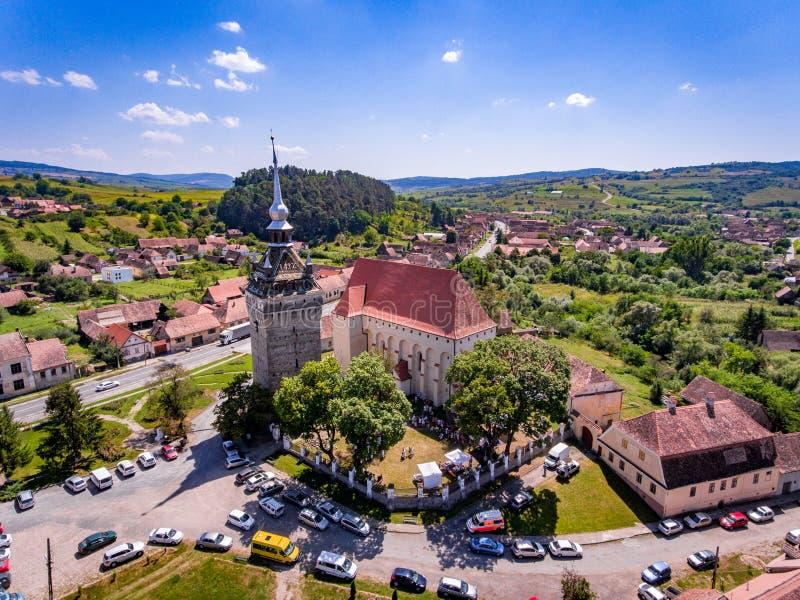 Église enrichie médiévale de Saschiz en Transylvanie, Roumanie près images libres de droits