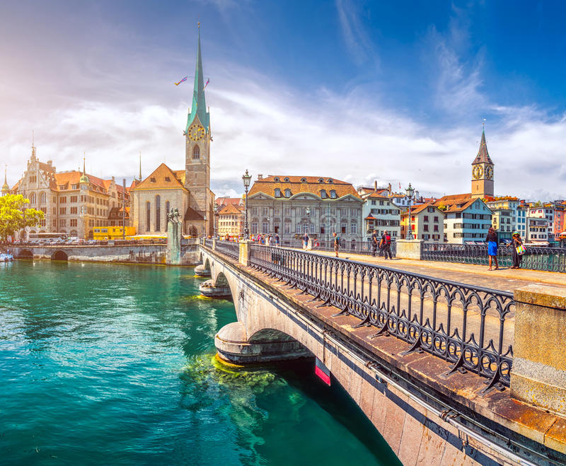 Église et cygnes historiques de Fraumunster sur la rivière Limmat, Zurich, Suisse images libres de droits