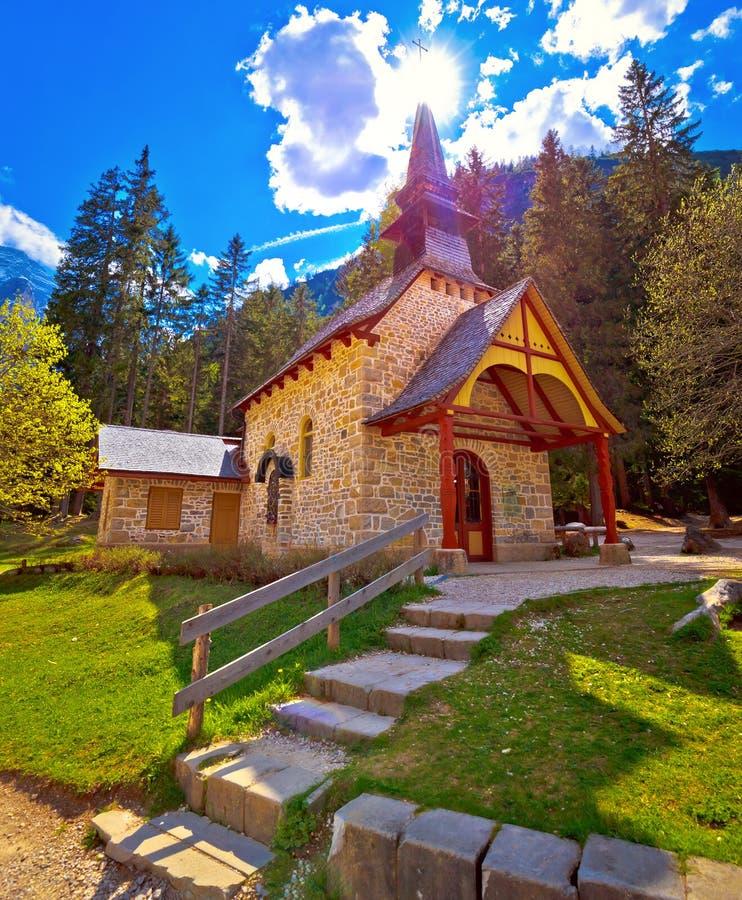 Église et lac Braies en dolomite Apls photo libre de droits
