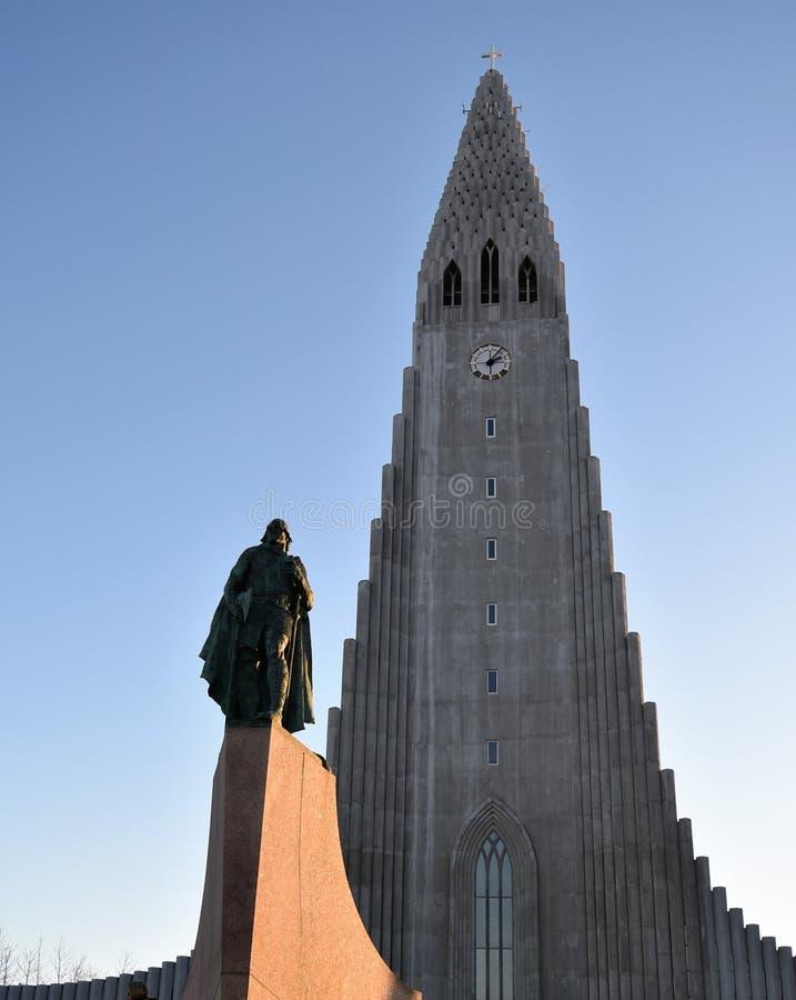 Église et Leif Erikson Statue de Hallgrimskirkja photo stock