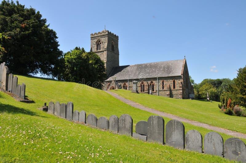 Église et pierres tombales de Llanfair St Mary dans le shusnine d'été photos stock