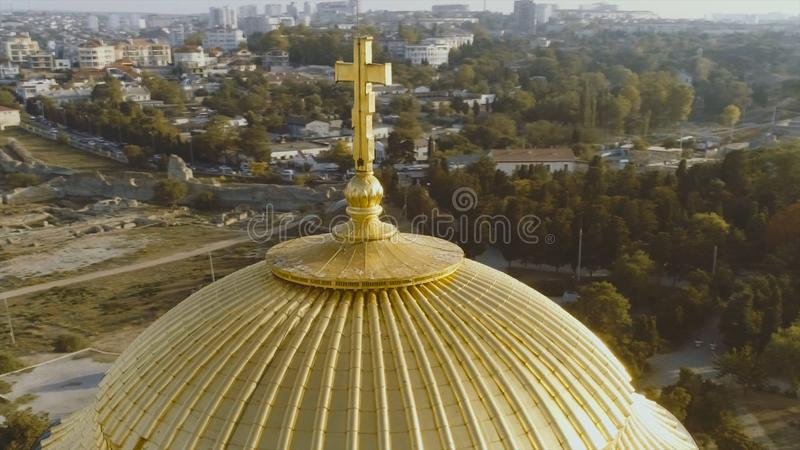 Église et point de repère célèbres projectile Fermez-vous des dômes jaunes d'or la saison bleue de Sunny Sky Background At Summer image stock