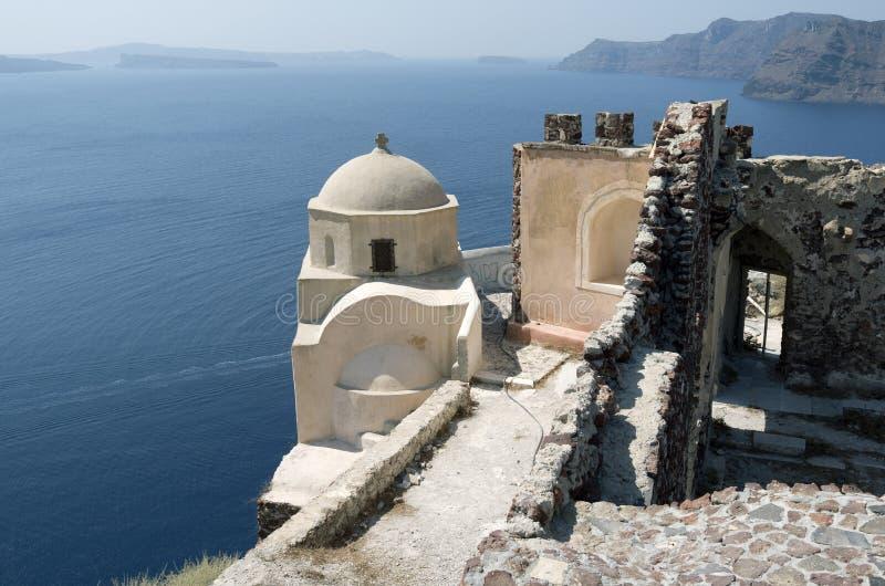 Église et ruines à Oia. photographie stock libre de droits