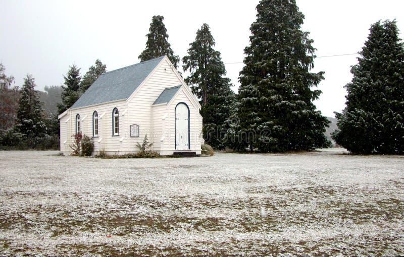 Église et sapins dans la neige images libres de droits