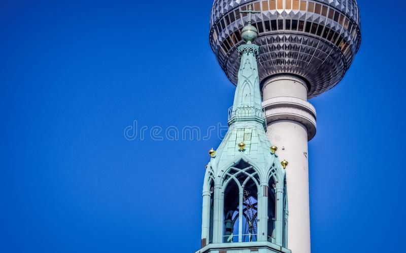 Église et tour de TV à Berlin photographie stock libre de droits