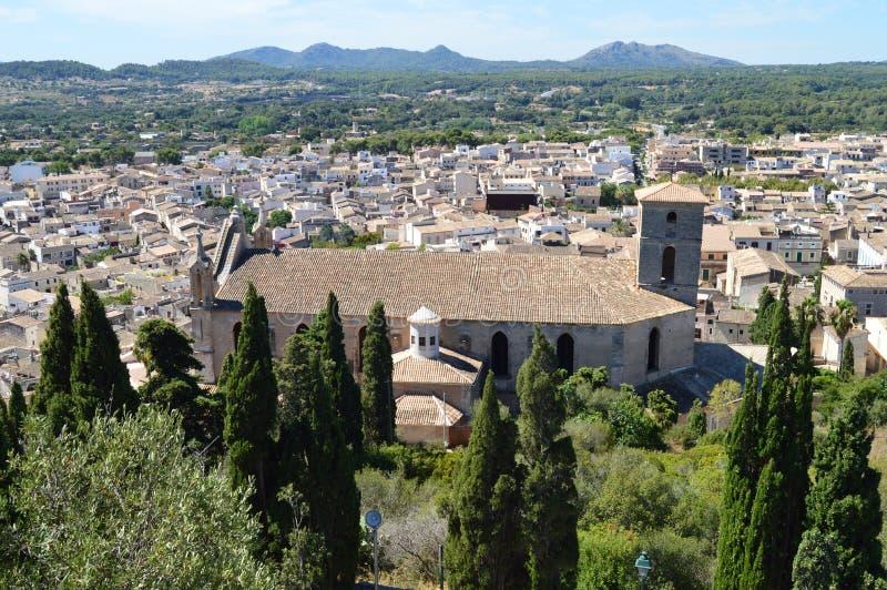 Église et vue panoramique d'Arta Mallorca image libre de droits