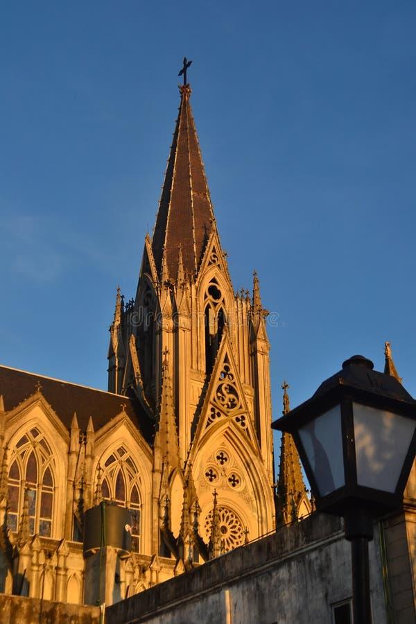 Église gothique au coucher du soleil photos libres de droits