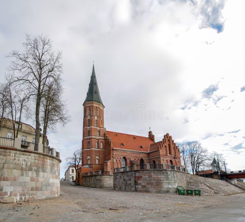 Église gothique de brique rouge avec la tour de Bell dans la vieille ville de Kaunas photo libre de droits