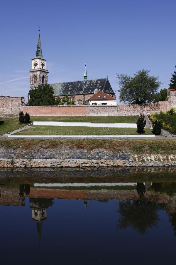 Église gothique de Nymburk- de ville derrière des fortifications photo libre de droits