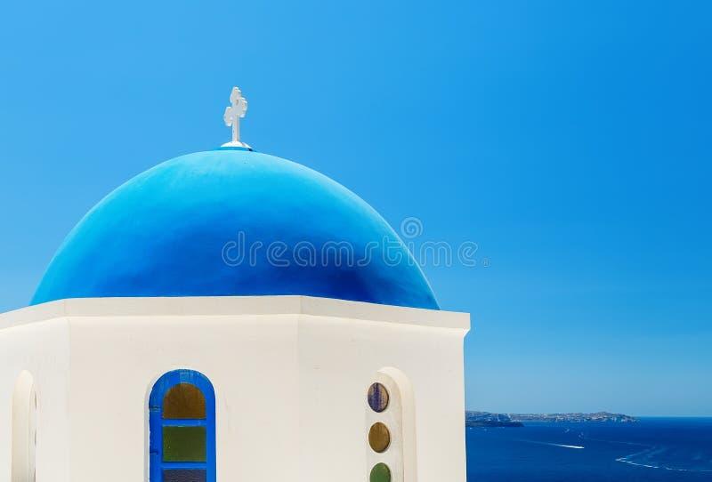 Église grecque avec le dôme bleu près de la mer dans la ville d'Oia, île de Santorini, Grèce image stock