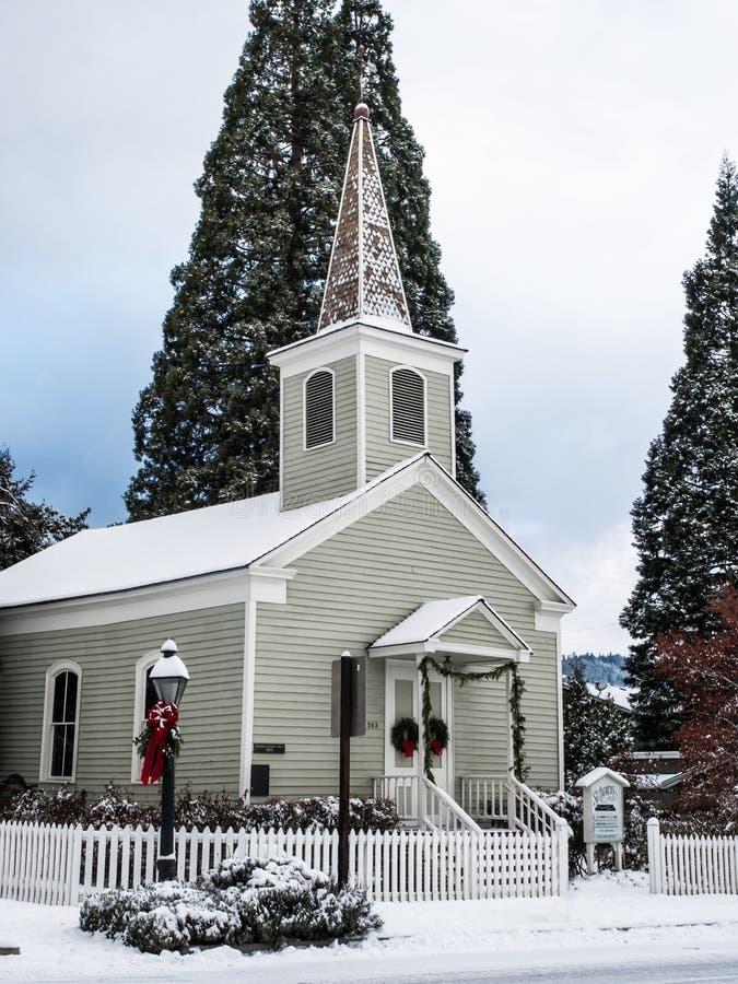 Église historique avec la neige images stock