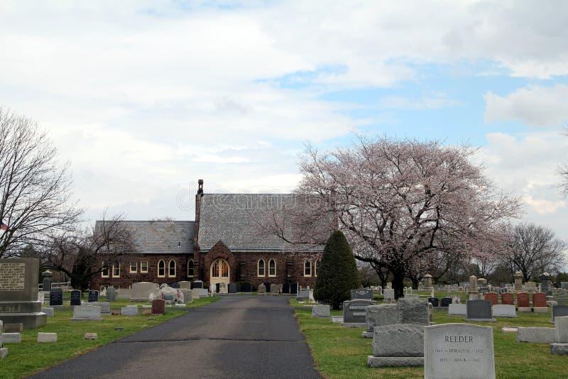 Église historique dans le cimetière images libres de droits