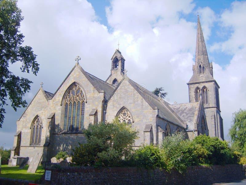 Église impressionnante de pays avec un ciel nuageux bleu image libre de droits