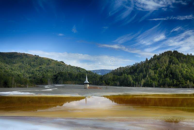 Église inondée et abandonnée au milieu d'un lac souillé photo libre de droits