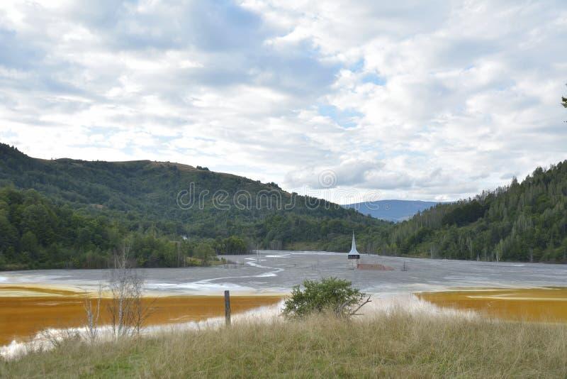 Église inondée et abandonnée au milieu d'un lac souillé photographie stock
