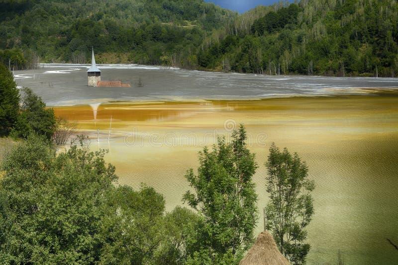 Église inondée et abandonnée au milieu d'un lac souillé photographie stock libre de droits