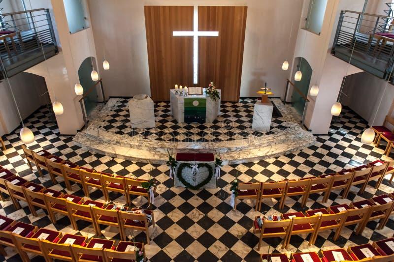 Église intérieure avec des beaucoup banc photo libre de droits