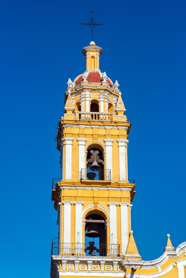 Église jaune et ciel bleu images stock