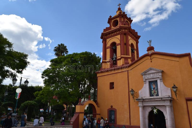 Église jaune et orange dans un village magique photographie stock