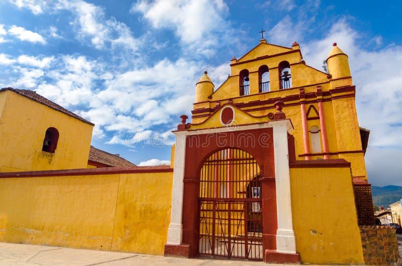 Église jaune et rouge photos stock
