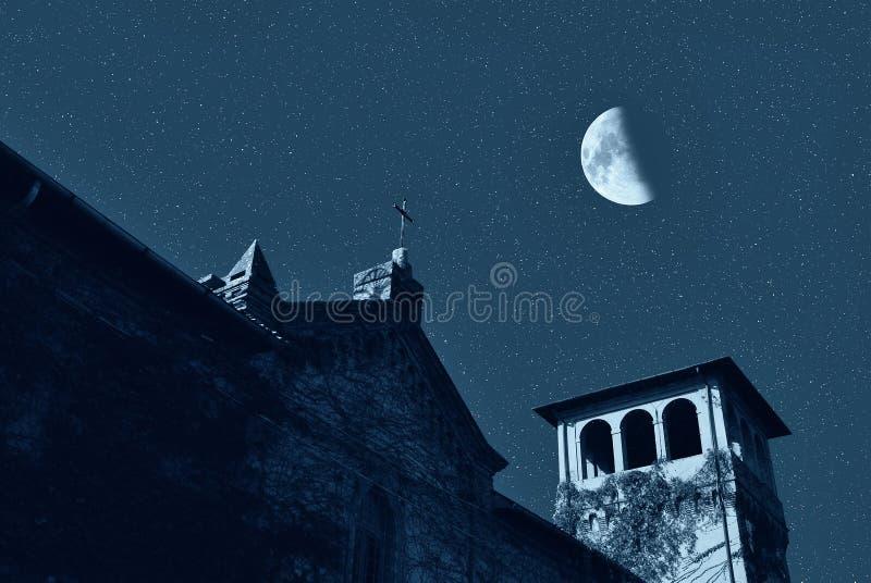Église la nuit photo libre de droits