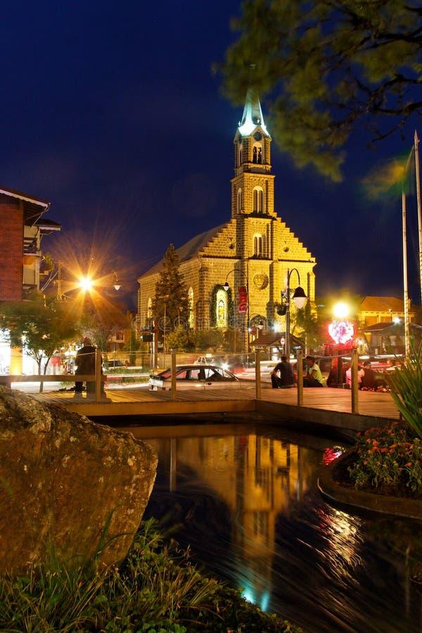 Église la nuit photographie stock libre de droits