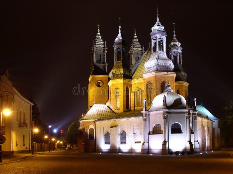Église la nuit image stock