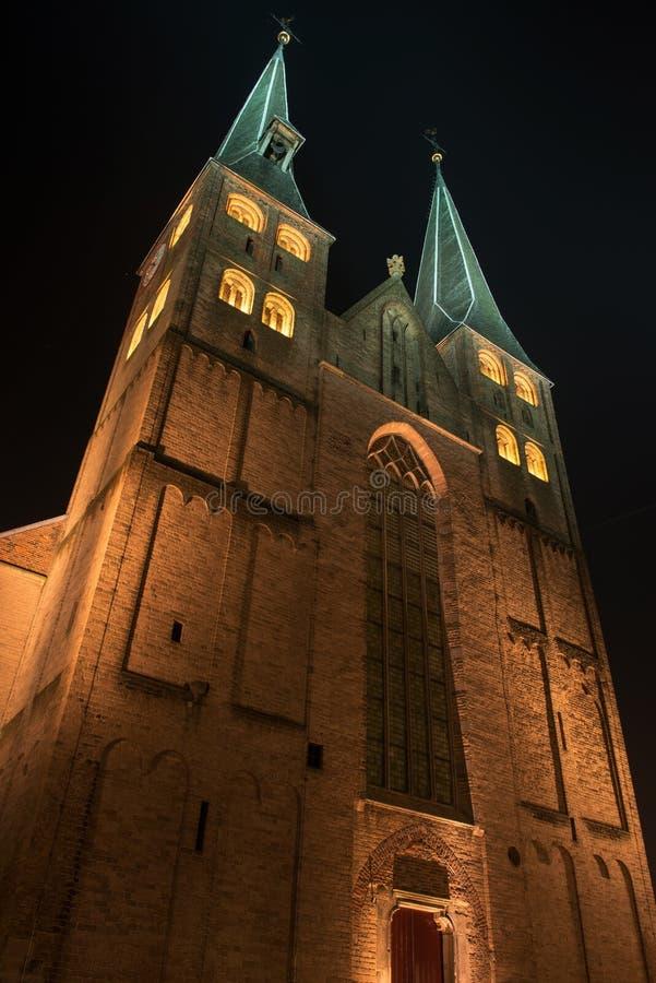 Église lumineuse de la ville de Deventer au centre des Pays-Bas en raison d'un week-end spécial de Charles Dickens images stock
