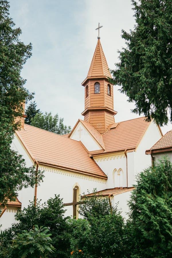 Église lumineuse parmi des arbres image libre de droits