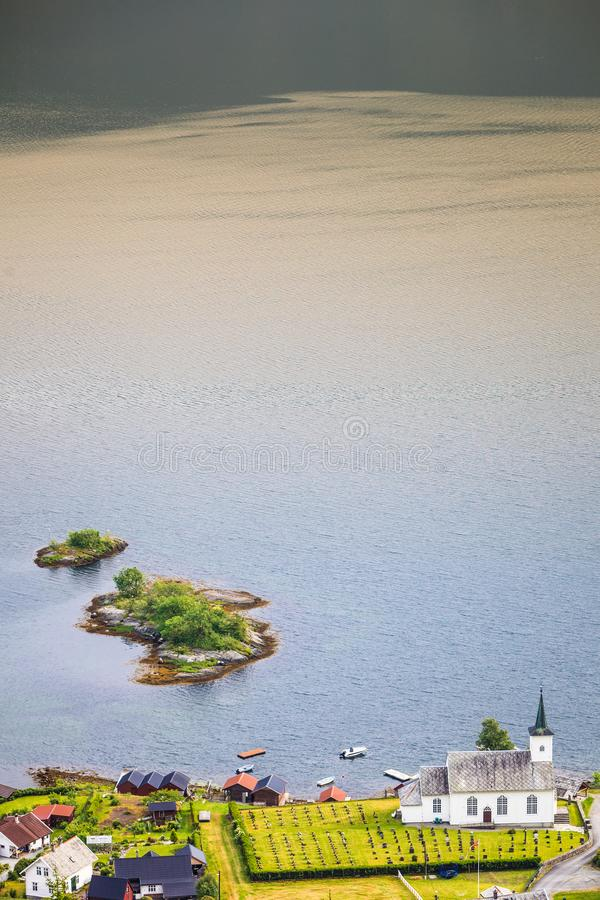 Église luthérienne de Bruvik, île Osteroy Norvège photographie stock libre de droits