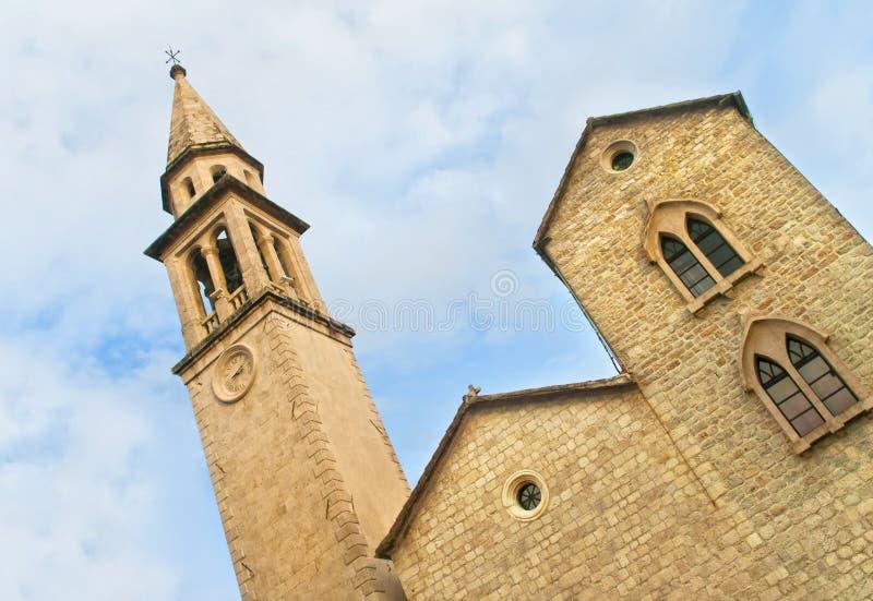 Église médiévale avec la tour d'horloge images libres de droits